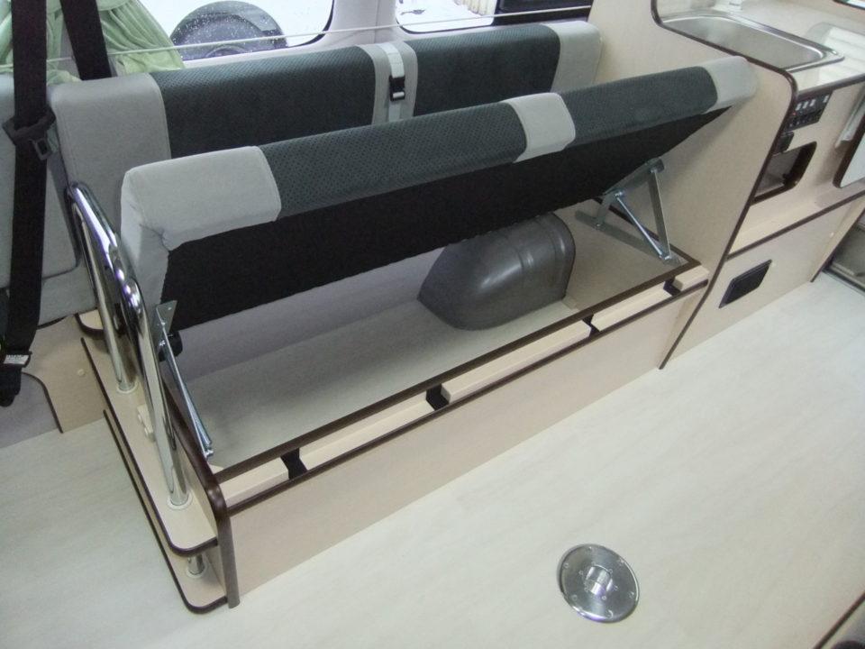 3列目シート下は左右席とも収納スペースがあります