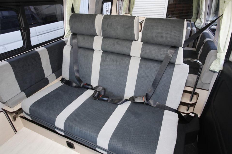 2列目シートは右・左席に3点式シートベルト、中央席は2点式シートベルト