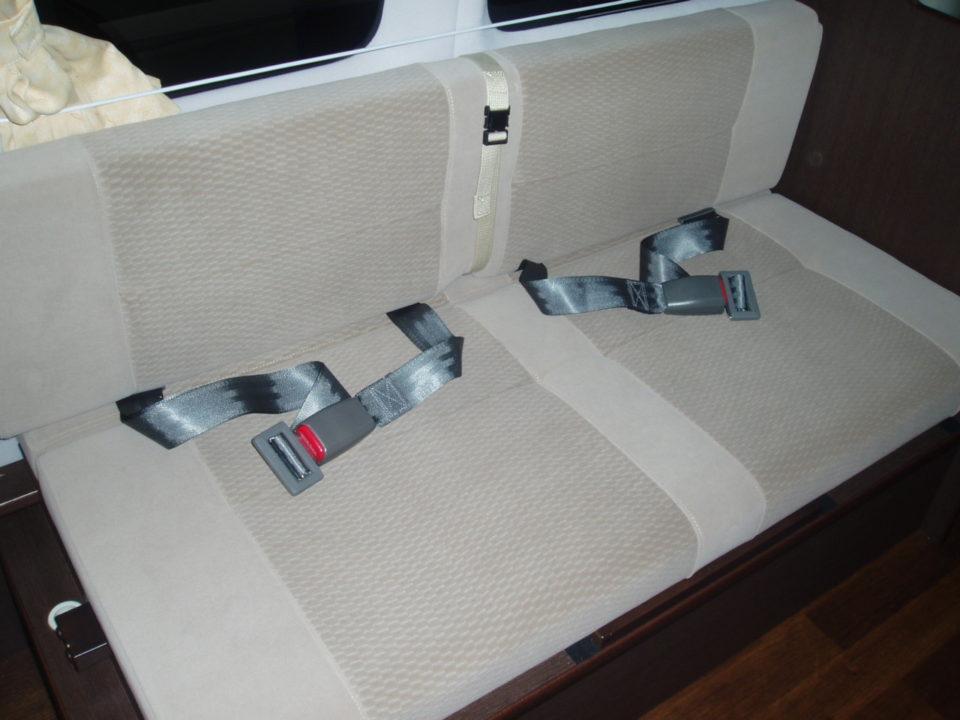 3列目シートは右・左席とも2点式シートベルト