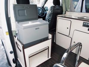 ■ポータブル冷蔵庫 18ℓポータブル冷蔵庫を標準装備 1.5ℓのペットボトルも入ります。下部は履物入れにどうぞ!