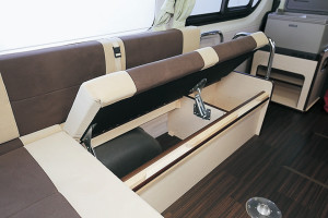 ■シート下収納 旅には欠かせない重要なスペース。