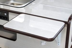 ■折り畳み式調理台 ワンアクションでスペース広々。