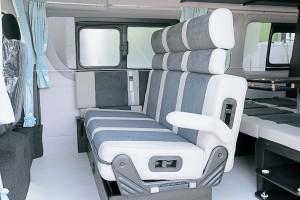 セカンドシートは対面式1200㎜幅。 リクライニング機能付で乗り心地Good!!