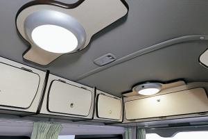 ■シーリングライト 天井に2ヶ所 リアキャビネットにダウン ライトを2ヶ所装備